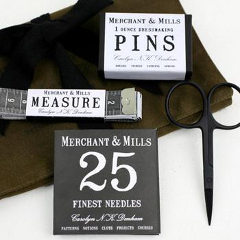 フランス発の裁縫道具のブランド「MERCHANT&MILLS(マーチャン&ミルズ)」のソーイングキットです。25本の針と、虫ピン、小ぶりの銅はさみ、メジャーのセット。見た目もおしゃれで、他のマーチャン&ミルズの裁縫道具も揃えたくなるキットです。