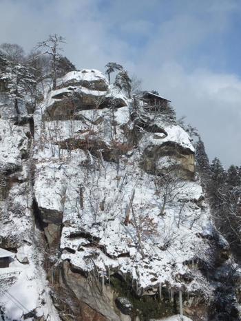 """「宝珠山立石寺(りっしゃくじ)」は、""""山寺""""とも呼ばれ、松尾芭蕉が「閑さや岩にしみいる蝉の声」の名句を残した地として知られます。夏だけでなく、雪に埋もれる冬は一番の見所ともいわれます。"""