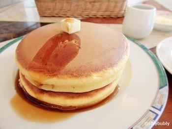おすすめは三宮本店名物のホットケーキ!銅のプレートで焼かれたシンプルな見た目のホットケーキは、どこか懐かしくてほっとします。
