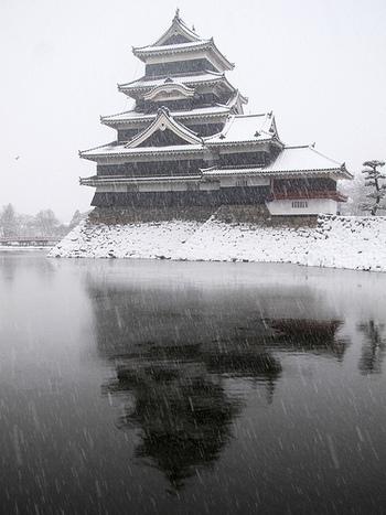 「松本城」は、雄大な北アルプスを借景に、威風堂々としたたたずまいを見せる国宝の城。現存する五重六階の天守としては日本最古だそうです。白と黒の対比の美しさも印象的。雪景色が似合う天守です。