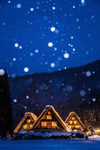 世界遺産に登録されている、白川郷の「合掌造り集落」。雪深い冬こそ、本当の白川郷らしさに出会えるのかもしれません。冬期には、期日限定でライトアップされ、近くの高台から見る集落は、まるで物語の世界のよう。