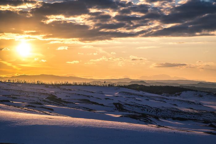 一面の雪に覆われた「鳥取砂丘」。冬には砂丘のくぼ地に水がたまり、オアシスと呼ばれるのだとか。他の季節とは全く違う顔を見せる冬の砂丘に出かけてみませんか?まだ足跡が付いていない早朝がおすすめだそうです。 広大な砂丘が更に特別な景色に変わる雪の日を是非みてみたいですね。