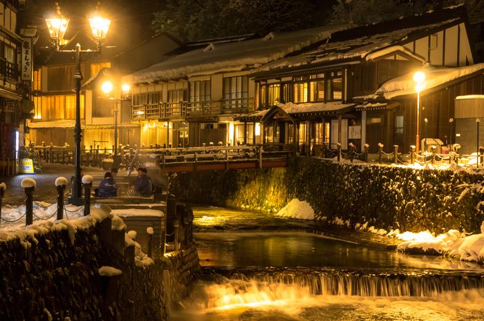 雪景色が美しい温泉町といえば、まず名前があがる山形県の「銀山温泉」。大正浪漫の香り漂うノスタルジックな町並みが、しんしんと降る雪にとても合います。もちろん、温泉宿での雪見風呂などもお愉しみ…。