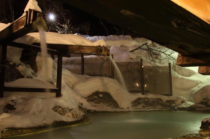 こちらは、雪見温泉として名高い長野県の白骨温泉「泡の湯」の野天風呂。あたり一面銀世界の広々としたお風呂です。湧き出すときには透明なお湯が、空気と触れると白く濁るのだとか。混浴なのでタイルを巻いて入れますが、濁っているので中は見えません。