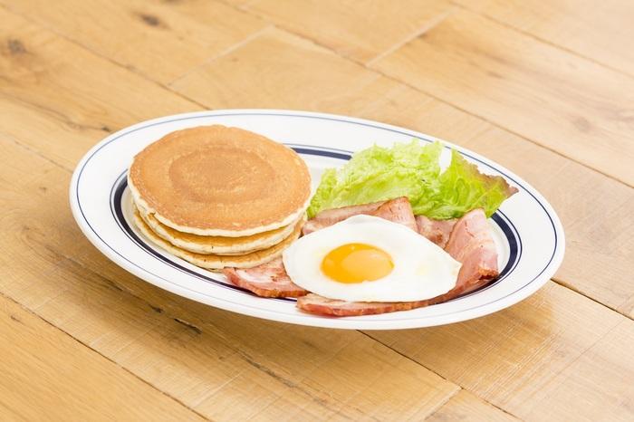 """せっかく早起きしたなら、おすすめはOPEN~am11:00まで(平日限定)の特別メニュー、『アーリーバード』。こちらのアーリーバードディッシュはパンケーキ3枚に卵とベーコンなどのミート料理が選べるバランスのとれたメニュー。 アーリーバードは他に、""""エッグスン""""スラット、ベーコン&エッグサンド、クロックマダムもあります。"""