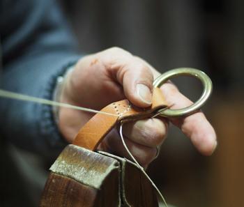 「Ocho Camp」が取り扱っている木や革の製品は、日本の工房でひとつひとつ手作りされています。職人さんによりていねいにつくられたアイテムは、使い込むほど良い風合いに。