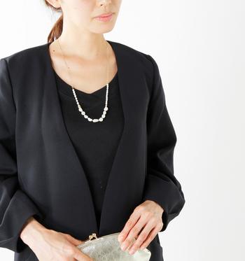 ちょっぴりいびつな形がチャーミングな2種類の淡水バロックパールを用いたネックレス。冠婚葬祭にも上品な華を添えてくれますが、シンプルなセーターやシャツに着けると、個性的な美しさを演出してくれますよ。