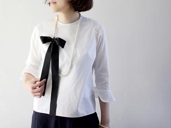 シンプルなお洋服にはとても大人っぽい洗練されたイメージに。またリボンの着脱が可能なので、フォーマルシーンにはリボンなしで2連に着けると素敵です。