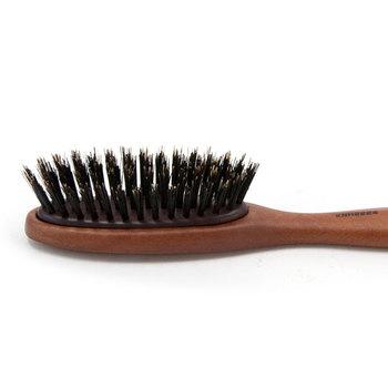 3段階で植毛された、豚毛のブラシ。地肌をマッサージする、髪のもつれをほぐすなど、段によって役割が異なります。