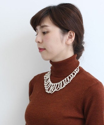 小さめのパールでボリュームたっぷりに作られたパールネックレス。セーターやワンピースの衿のないアイテムと合わせると素敵です!