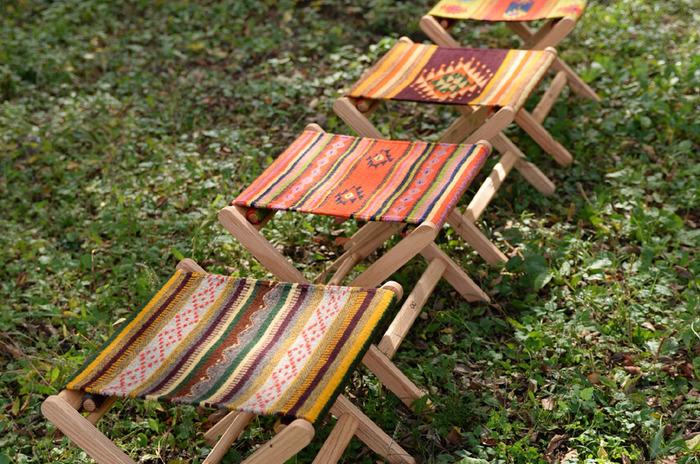 「タペテ」と呼ばれるメキシコの伝統的な織物は、糸を紡ぐ工程からはじまり、染色から織りまで全てハンドメイドで作られます。山や湖・光や虹などの自然をがモチーフとした織物はアウトドアシーンによくマッチします。