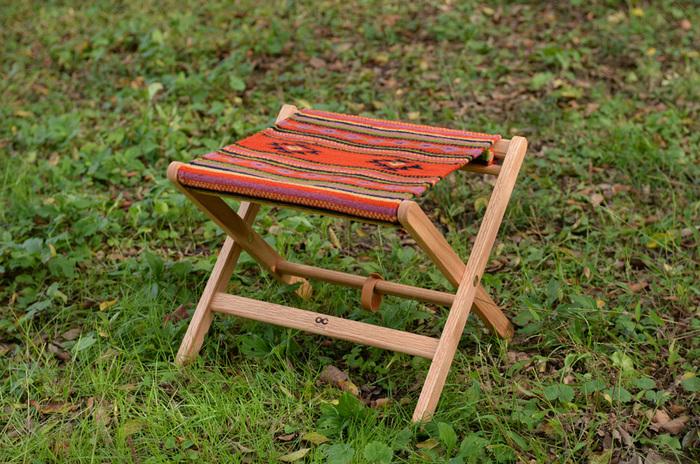 メキシコのオアハカ州にある工房に特別発注したオリジナルの座面ファブリックが印象的なフォールディングスツール。ウール100%の座面は使う人の身体のかたちを記憶し、やわらかな座り心地。