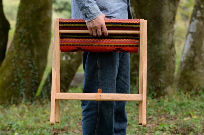 木のフレームも「長く使う」ことを前提に、日本の家具職人さんがハンドメイドでていねいに作っているから耐久性もバツグン。折りたたむとコンパクトになるから持ち運びしやすいのも魅力です。
