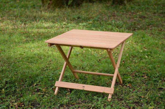 テーブルは、キャンプの活動の大部分をしめるくつろぎや食事時間を彩る大切なアイテム。天板の板の隙間を少なくしているので、ドミノやトランプなどの細々したものを置いても安心です。
