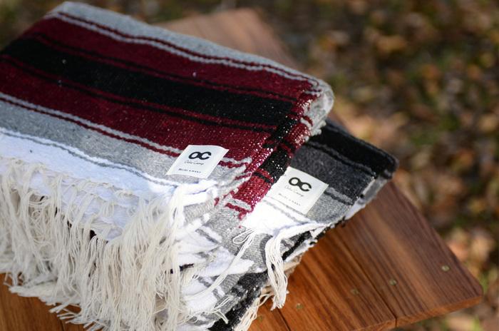 肌寒いときにはさっと羽織れ、テーブルに敷けばテーブルクロスにもなる。荷物が多いときにざっくりまとめて包むことも。一枚の大きな布があれば、キャンピングではマルチに大活躍。ざっくりと織られたメキシコの伝統的な織物Sarape Falsaのブランケットは、使いこむほどに柔らかみを増します。
