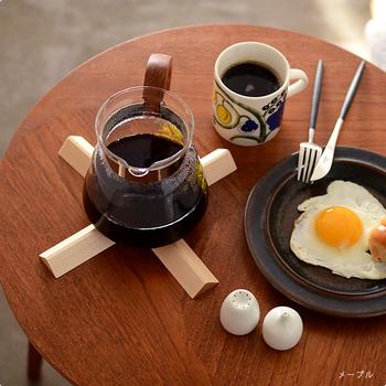 開くと絵になるクロス型に。お気に入りのコーヒーアイテムをおしゃれにおさめてくれるから、あえてテーブルでセッティングしたくなりますね。