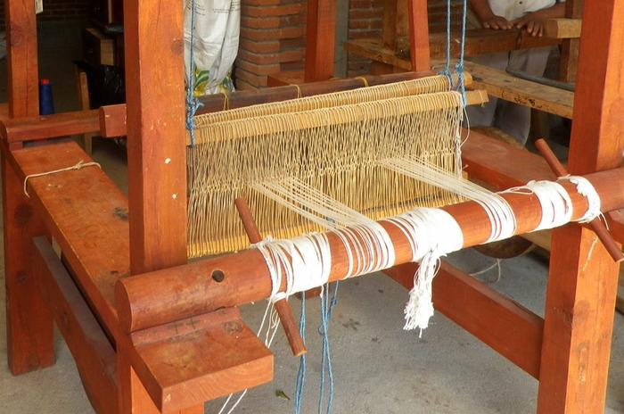 メキシコのオアハカ州にある小さな工房でひとつひとつていねいに作られています。グレーは羊毛そのままの色、イエローは天然のマリーゴールドを主とした自然染色でどこかやさしい色使い。