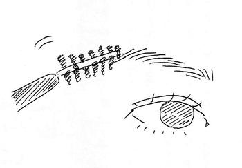 眉毛の流れを眉ブラシやスクリューブラシを使って整えます。  眉頭から眉尻にかけてゆっくり丁寧に 弧を描くように眉毛を梳かします。