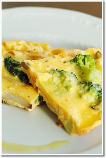 パルミジャーノとトリュフ塩が入った芳醇なチーズオムレツ。シンプルなパンと合わせてたのしみたいですね。