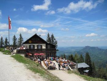 山頂にあるレストランで休憩もいいですよ。風を感じ、絶景を眺めながらのビールなどいかがでしょう?  「ザンクト・ギルゲン」に行くならロープウェイはマストです。