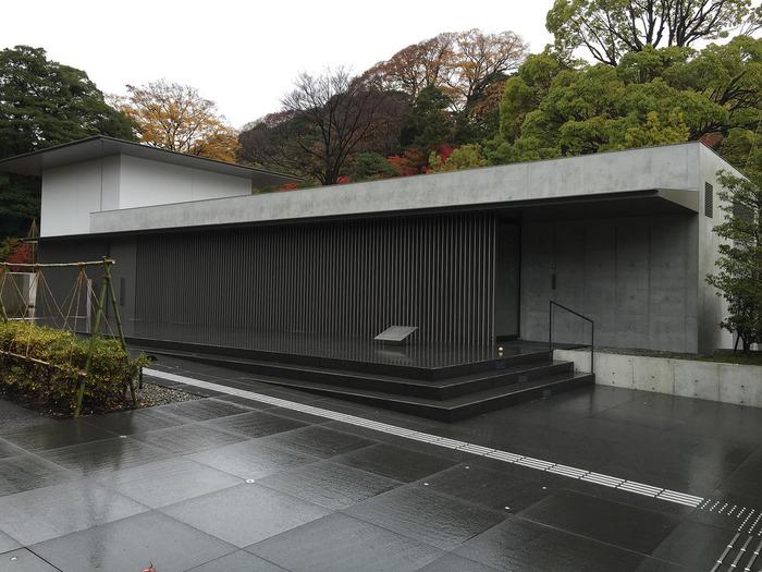 谷口吉生:丹下健三に師事した国際的な建築家。 数々の建築賞の受賞歴があり、日本的な美を表現したモダ二ズム建築の作り手。繊細で美しいフォルムの建築として定評があり、さまざまな美術館や公共建築を手掛ける。