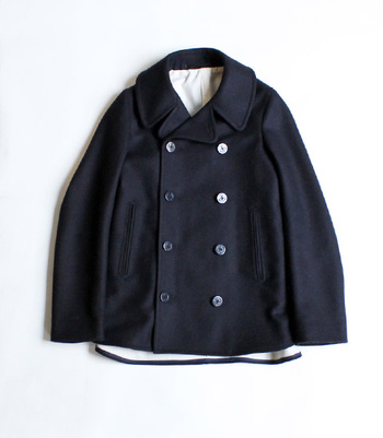 開けて着ても、閉めて着ても美しく、上品さのあるシルエットのPコート。