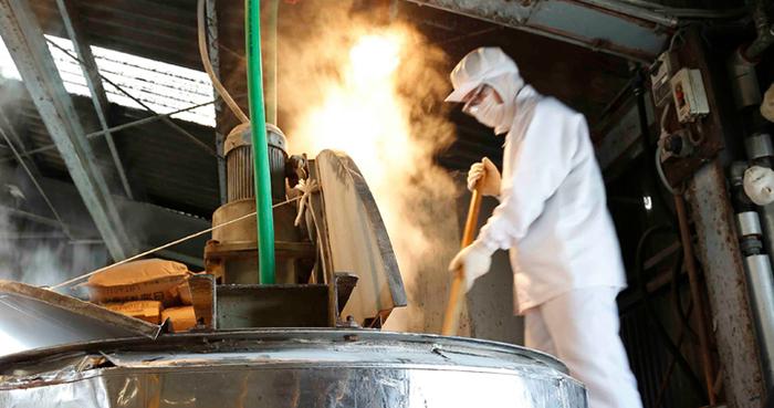 大阪・八尾にある「木村石鹸」は大正13年創業の老舗の石鹸メーカーです。創業から90年以上たった今もなお、熟練の職人さんが視覚、聴覚、触覚、味覚、嗅覚をフル動員して手作業で「釜焚き」によって石鹸の製造を行っています。