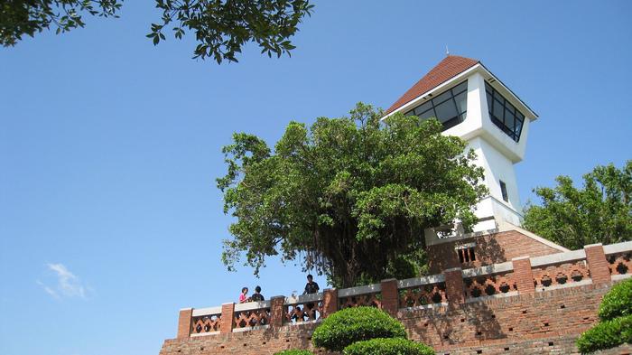 「安平古堡(アンピンコホウ)」は、台南の沿岸部に位置している軍事要塞の跡地です。オランダ統治時代に建造されたもので、赤レンガの建物が特徴的。その後、鄭成功がオランダ軍を破り、台湾統治の拠点として使用されてきました。