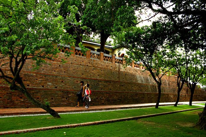 安平古堡は公園として整備されており、赤レンガとグリーンの美しいコントラストを楽しむことができます。歴史と自然を感じながら、のんびりと散策できるスポットです。