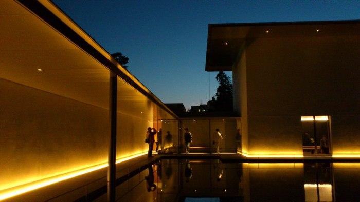 忙しい日常を離れ、自分自身を見つめる。そんな旅ができそうな金沢にある「鈴木大拙館」。 静寂に包まれた、美しい空間に身を置くだけでも、心が洗われそうです。 ぜひ、あなたも日本古来から伝わる「禅」の思想を感じに、訪れてみてはいかがですか?