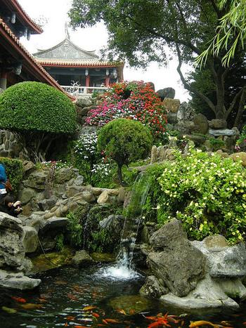 庭園には鯉が泳ぐ池などもあり、和の風情が感じられます。海外なのにどこか懐かしさのある、心落ち着くスポットです。