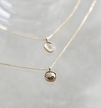 『Garden of Eden』のジュエリーライン、「Archiv(アーカイブ)」のダイヤネックレス。  誰もが憧れるダイヤモンド。このネックレスには自然の形状を生かし、薄くカットしたスライスダイヤが使われており、色や形など同じものは二つとしてありません。  ダイヤの周りにはゴールドの細工が手作業で施されています。小ぶりなので服を選ばず、さりげなく華やかにしてくれるアクセサリーです。