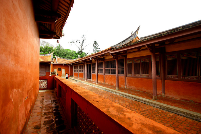 孔子廟は学問の神様を祀る場所ですので、台湾の受験生たちがよくお参りに訪れるそうです。また、色鮮やかな赤い建物も非常に美しいですよね。お参りをするだけでなく、敷地内の建物もぜひじっくりと鑑賞してみてください。