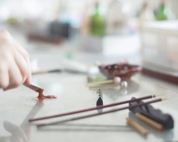 蒔絵(まきえ)とは、漆器の表面に漆で絵や文字、文様を描き、その上に金や銀の粉を蒔いて器に模様を定着させる工芸技法。 奈良時代からあり、平安時代に隆盛を極めたと言われています。雅な時代の技法を現代に伝えてくれる伝統工芸の一つです。
