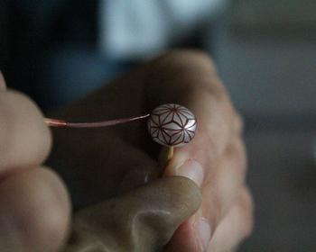 伝統工芸技術の継承が難しいことを知り、今の生活に職人さんの技術を結ぶことができたら…。そんな想いで作られたのが、 日本の伝統的な素材や技を活かしたアクセサリーなどを発信するブランド「KARAFURU(カラフル)」です。