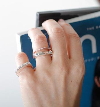 シンプルな形なのに個性的な「lilo JEWELRY(ライラジュエリー)」のシルバーリング。  デザインは5種類。六角形や半円のフォルム、ダイヤモンドをあしらったタイプなど、厚みもボリュームのあるものから極薄のものまでそれぞれ魅了的です。重ねづけすればさらにおしゃれな手元に。
