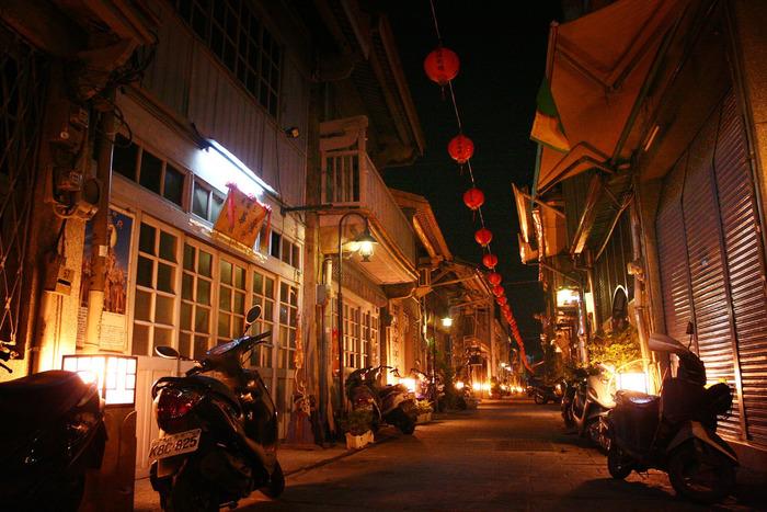 夜になると路地全体がライトアップされ、昼間とは全く違う幻想的な雰囲気に。カップルのデートスポットとしても大人気なのだそうです。神農街にはおしゃれなバーもありますので、大人の時間を楽しむことができますよ。