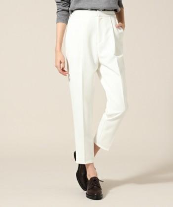 クロップドパンツとは程よく短めの裾がポイントのパンツ。普通のパンツよりも裾丈を短くカットした、6~7分丈のパンツをいいます。