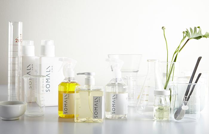 純石鹸洗剤のシリーズ「SOMALI(そまり)」。合成着色料、合成香料、合成界面活性剤、防腐剤などを一切使わず、本当に必要な成分だけで作ったシンプルな石鹸洗剤です。