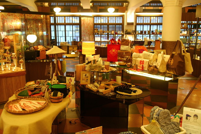 林百貨店では、台湾のグルメや雑貨、洋服、アクセサリー、コスメなどの幅広いアイテムを購入することができます。高品質でセンスの良い商品ばかりなので、大切な方へのお土産選びにぴったりです。