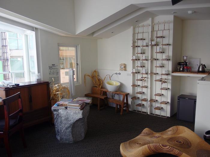 こちらは、白と木製アイテムを基調としたナチュラルな雰囲気の客室。まるでカフェのようなおしゃれな空間で、贅沢なひとときを過ごすことができますよ。