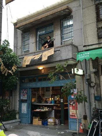 続いてご紹介する「正興咖啡館(ジュン シン カフェ B&B)」も、神農街のすぐ近くに位置しています。古民家をリノベーションしたカフェ兼B&Bなので、レトロな建物が好きな方に特におすすめです。