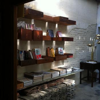 共有スペースにはさまざまな本が並べられており、とってもおしゃれ。宿泊者同士の交流も楽しめそうですね。