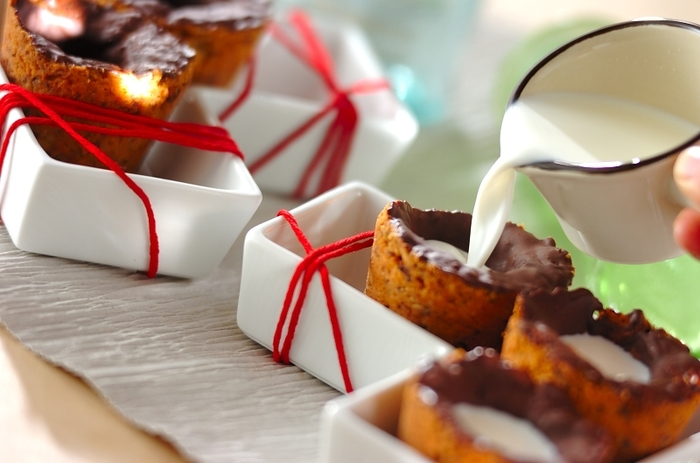 話題のクッキーショットは、ぜひ食卓で楽しみたいスイーツ。クッキーの器に牛乳を注ぐのは、お子さんにお願いしても良いですね?