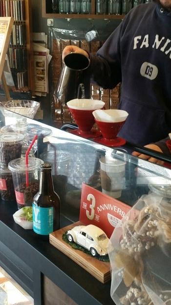 地域密着のコーヒーショップ「MITTS COFFEE STAND」。コーヒーは、じっくりとハンドドリップで淹れてくれます。コーヒーは全て、美味しさによって選ばれたスペシャルティコーヒー。さらには、生産者生産地が明確でブレンドが一切されていないシングルオリジンコーヒーにこだわっています。