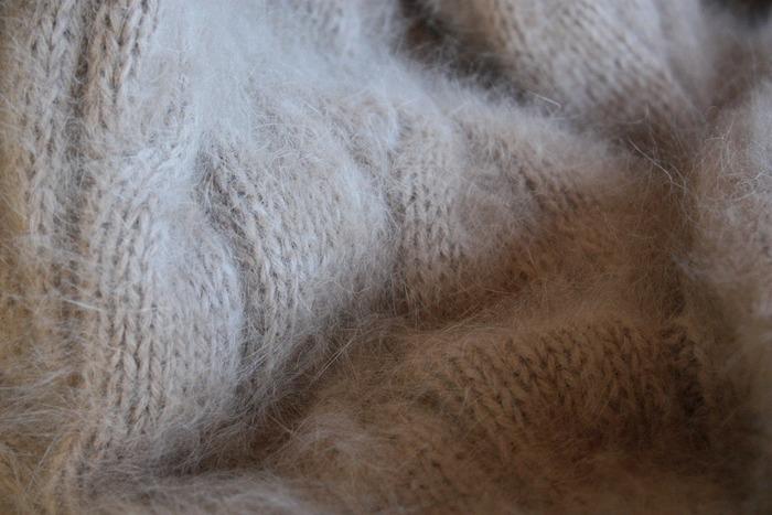 繊維が細く、保温性に優れている繊維のアンゴラ。冬に厚着して汗をかいても、発散してくれるんです。