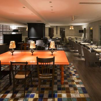"""語り合う、食事をするなど、さまざまな行動が生まれる""""TABLE(テーブル)""""をテーマにしているという「TABLES CAFE」。広い店内は、気兼ねなくゆったりとくつろげるよう、完全分煙になっているそうです。"""