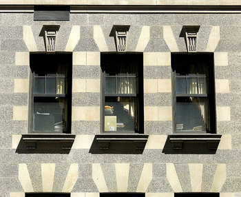 アール・ヌーボーに代わって、1920~30年代に起こった芸術革新運動がアール・デコです。簡潔で合理的、アール・ヌーボーによる華美な装飾を省いた商業デザインの先駆けともいえる様式。原色によるシンメトリーの対比も特徴的です。フランスで発祥したこちらの様式が、世界的に流行するきっかけとなったのは、アメリカにおいてクライスラービルやロックフェラーセンター、エンパイアステートビルにこの様式が使用されたことがきっかけでした。