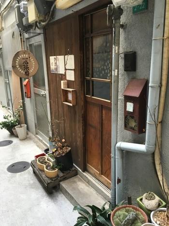 かなり奥まった路地にある「マナビ舎カフェ 一心茶房(いっしんちゃぼう)」。看板を目印に探さないと、スルーしてしまいそうな長屋だそうです。とはいえ、列をなすほど人気のあるお店なので、並んでいる方が目印になるかもしれませんね♪