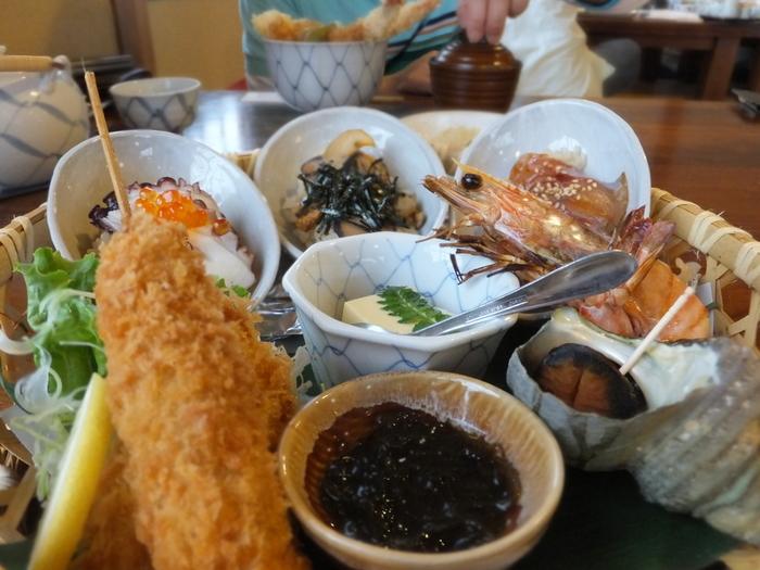 海の幸をたっぷり味わいたい方は海老丸がおすすめ!近海で水揚げされた新鮮な魚介を提供してくれるお店です。こちらはおすすめの海宝膳。他にも、ぷりっぷりの海老が乗った天丼や、新鮮な魚を使った海鮮丼を味わうことが出来ます。